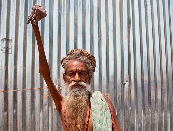Индийский монах дал обет не использовать правую руку и не опускать её